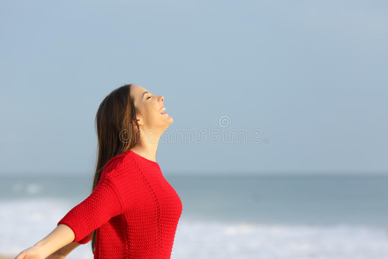 Женщина в красном цвете дышая свежим воздухом стоковые изображения rf