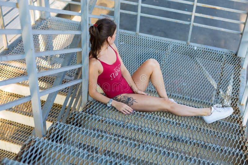 Женщина в красном bodysuit стоковые изображения rf