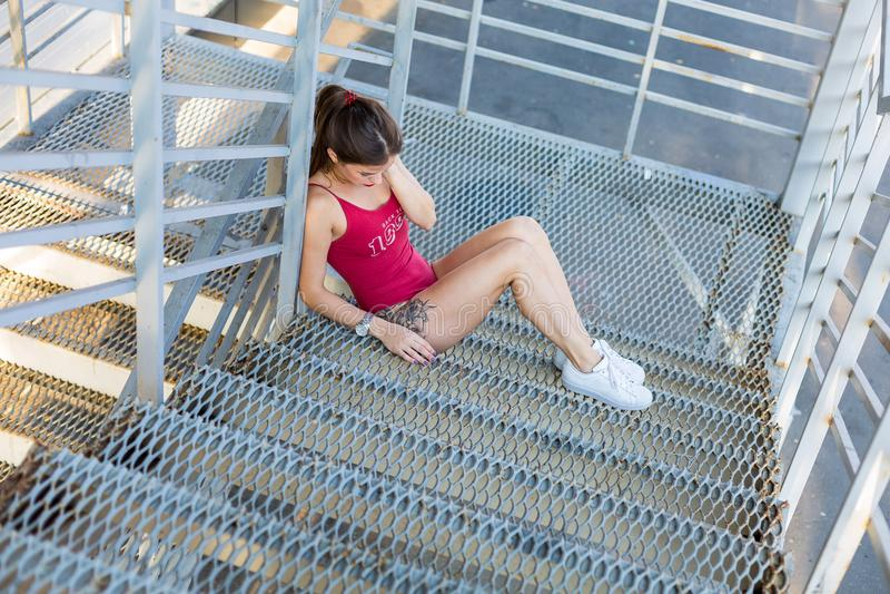 Женщина в красном bodysuit стоковые изображения