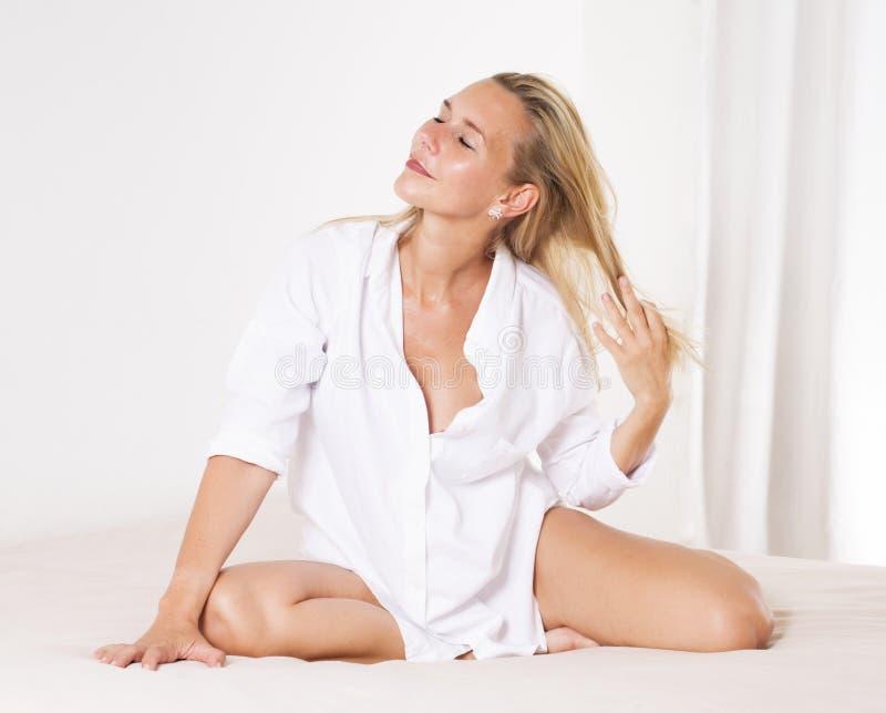 Женщина в кровати ослабляя стоковое фото rf