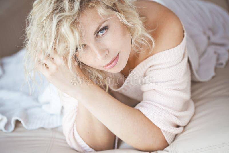 Женщина в кровати стоковая фотография