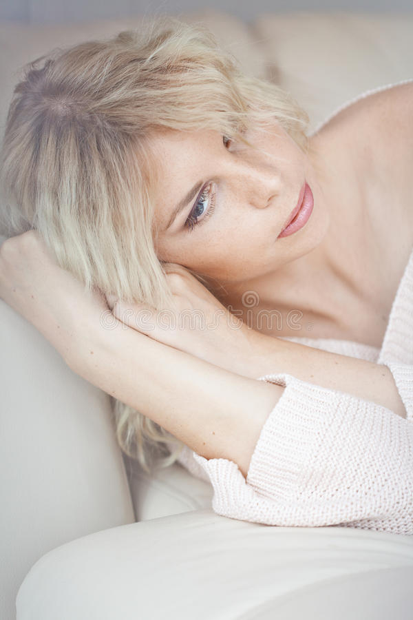 Женщина в кровати стоковое изображение rf