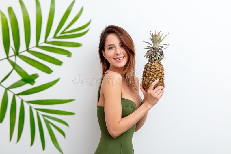 Женщина в купальнике с ананасом стоковые изображения