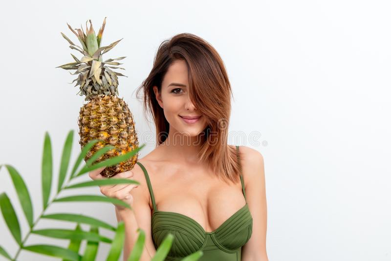 Женщина в купальнике с ананасом стоковое фото