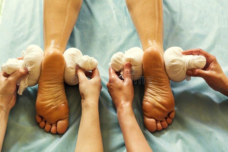 Женщина в курорте красоты здоровья имея массаж терапией ароматности с e стоковые фото