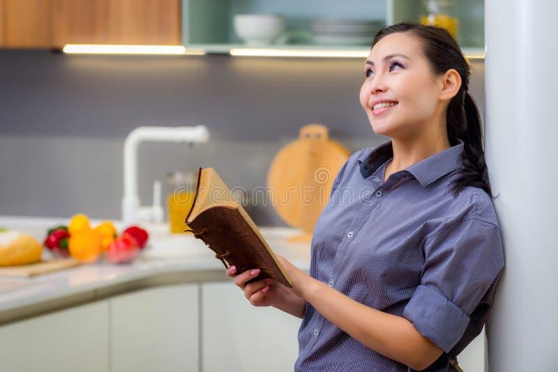 Женщина в кухне стоковое изображение