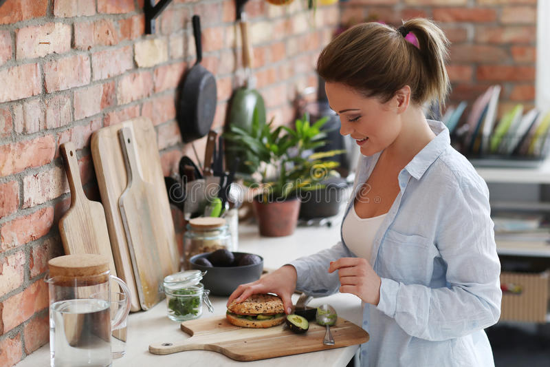 Женщина в кухне стоковые изображения rf