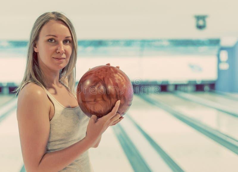 Женщина в клубе боулинга стоковая фотография rf