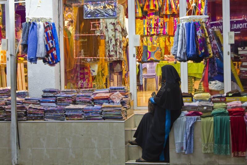 Download Женщина в магазине в Омане редакционное стоковое изображение. изображение насчитывающей souk - 41659539