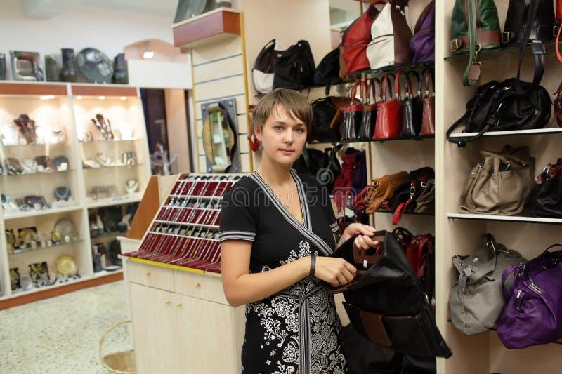 Женщина в магазине сумок стоковое фото rf