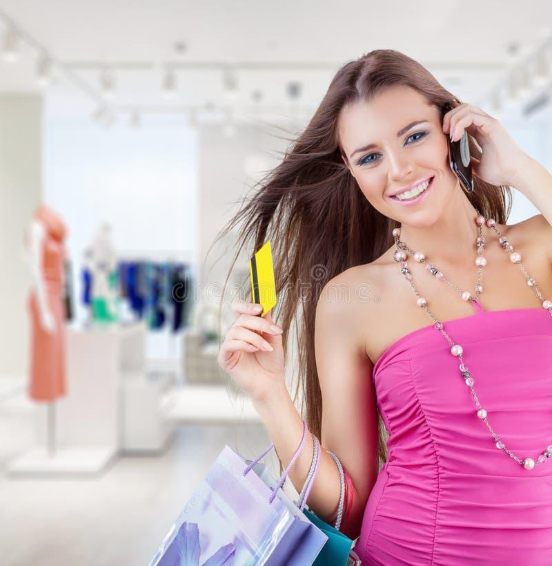 Женщина в магазине стоковые изображения rf
