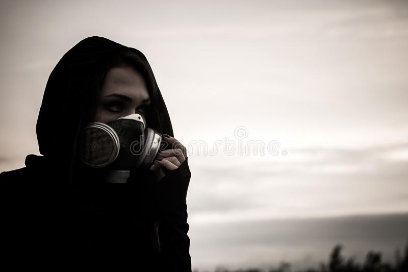 Женщина в маске противогаза стоковые изображения rf