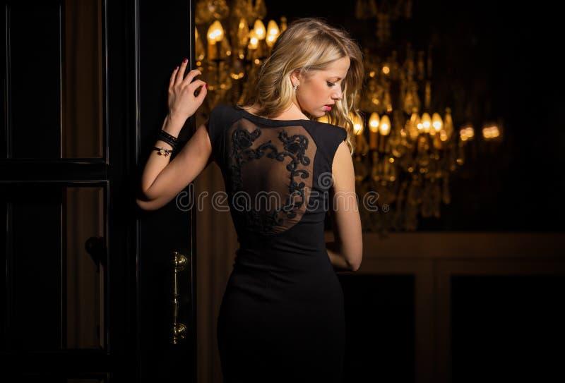 Женщина в меньшем черном платье коктеиля стоковые изображения rf