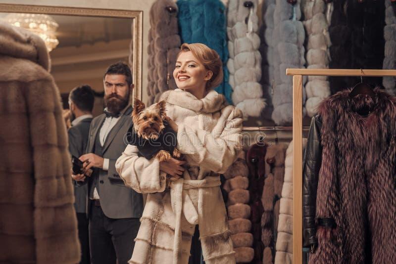 Женщина в меховой шыбе с человеком, покупками, продавцем и клиентом стоковые фотографии rf