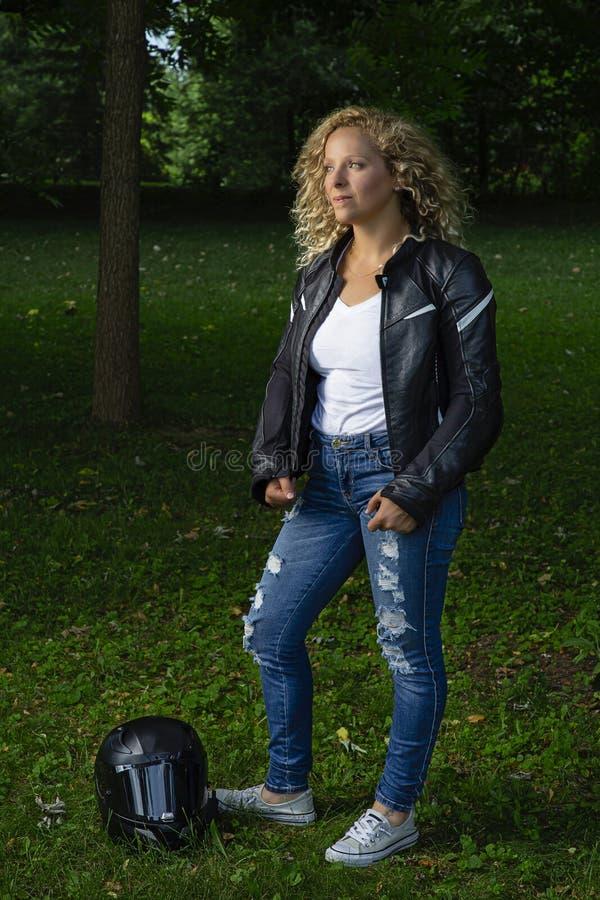 Женщина в мотоцильском снаряжении стоковая фотография