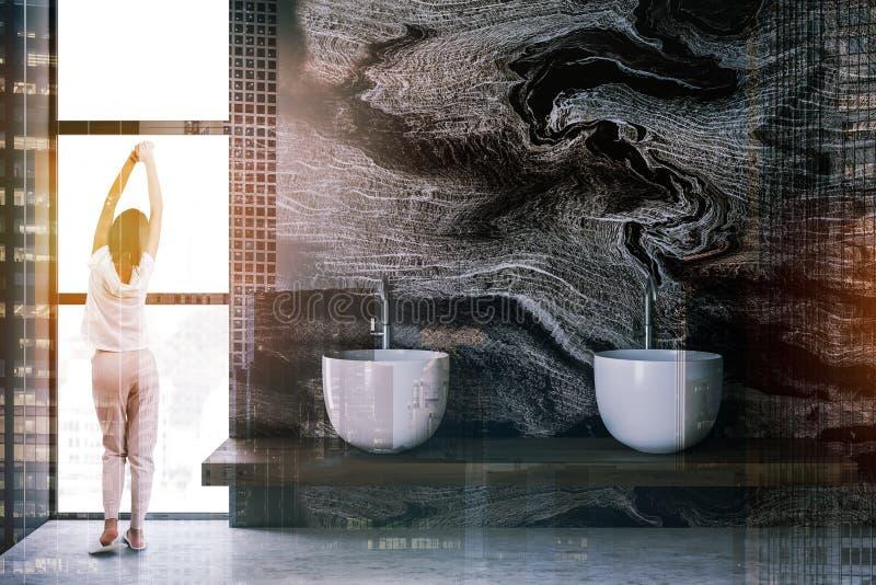 Женщина в мраморном bathroom с раковинами стоковая фотография rf