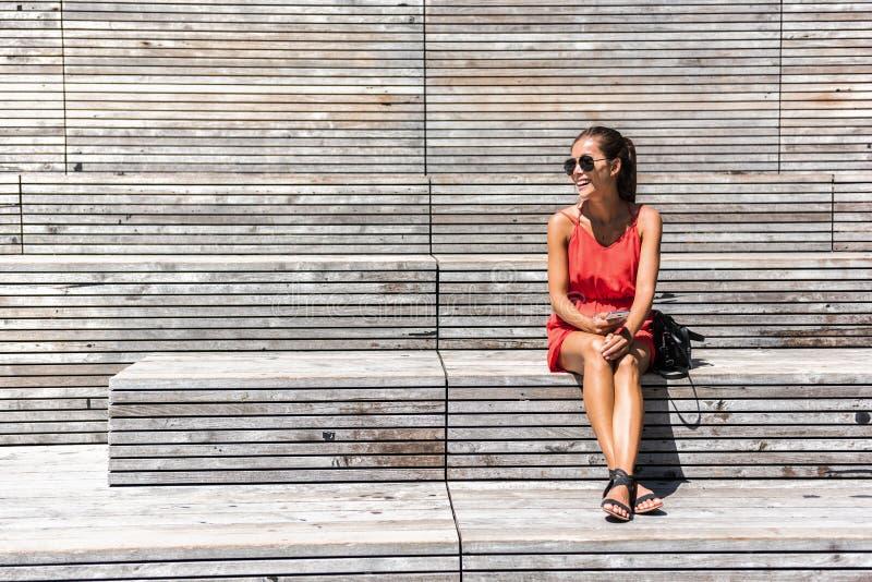 Женщина в Нью-Йорке ослабляя на стенде на высокой ветке стоковые фото