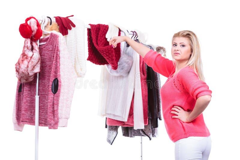Женщина в домашнем шкафе выбирая одежду, нерешительность стоковое изображение rf