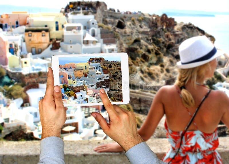 Женщина в острове Santorini, Греции стоковые фотографии rf