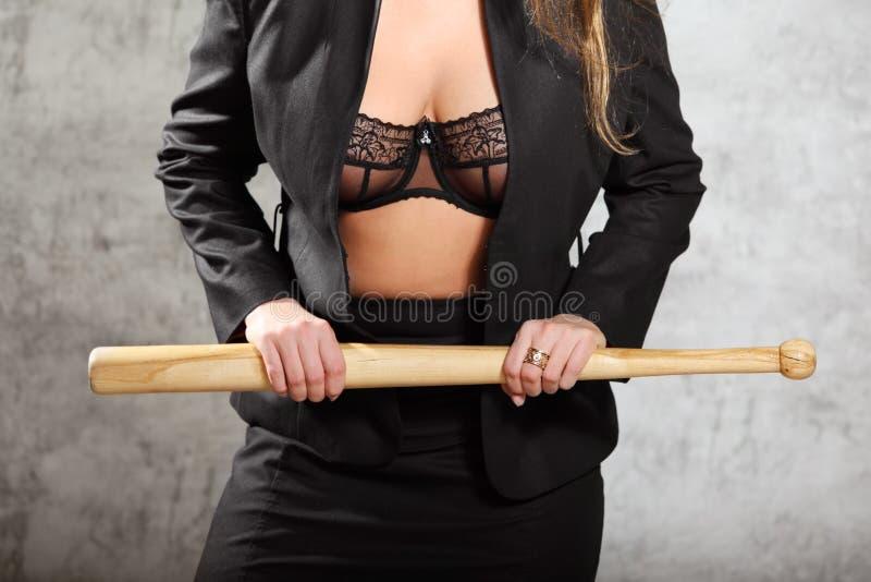 Женщина в открепленном костюме в летучей мыши владением бюстгальтера стоковые изображения