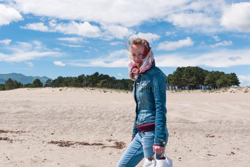 Женщина в одеждах джинсов стоковая фотография