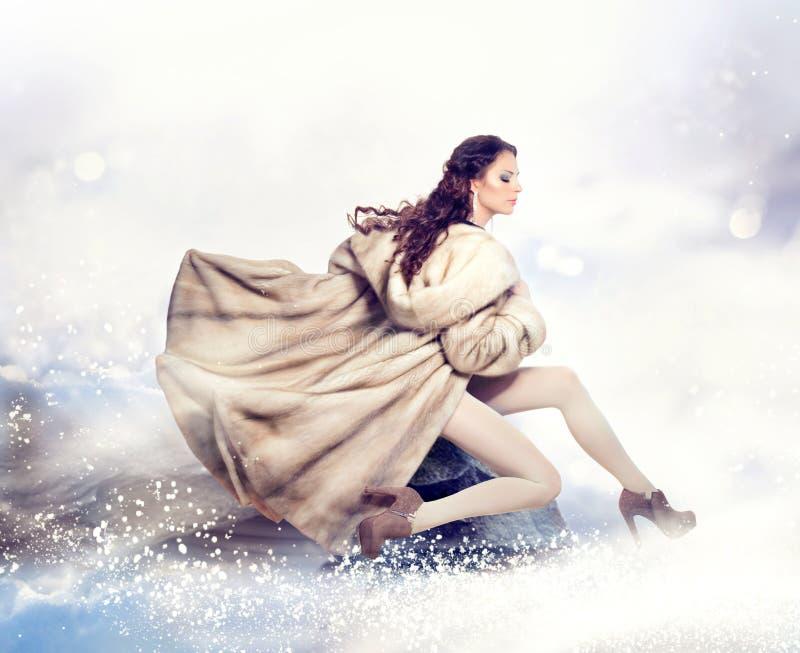Женщина в пальто норки шерсти стоковая фотография