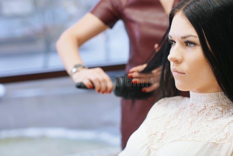 Женщина в парикмахерской стоковая фотография