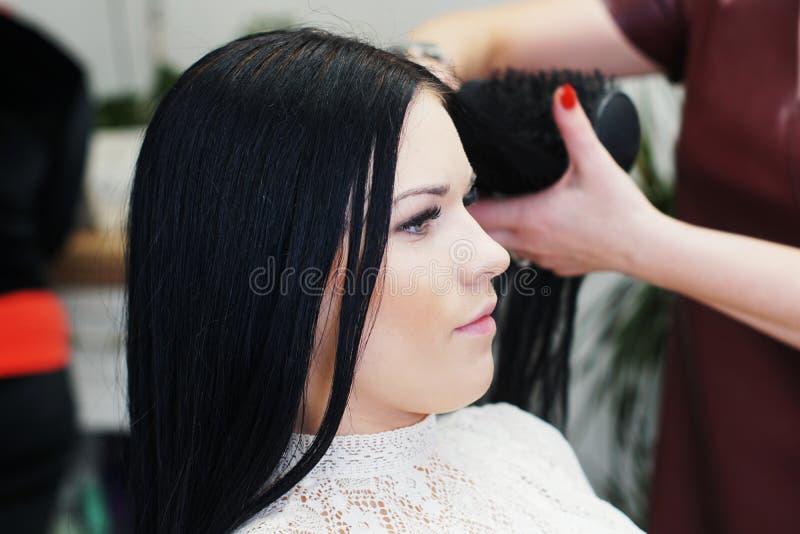 Женщина в парикмахерской стоковые фотографии rf