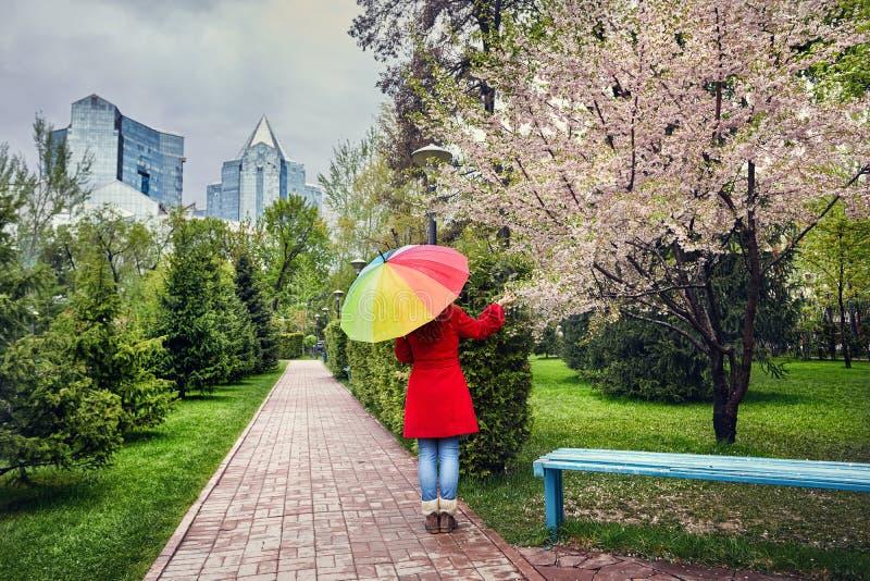 Женщина в парке города на времени весны стоковая фотография
