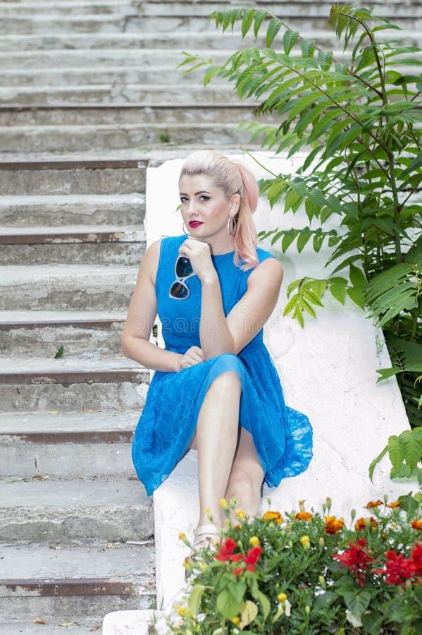 женщина в парке лестницами стоковые изображения