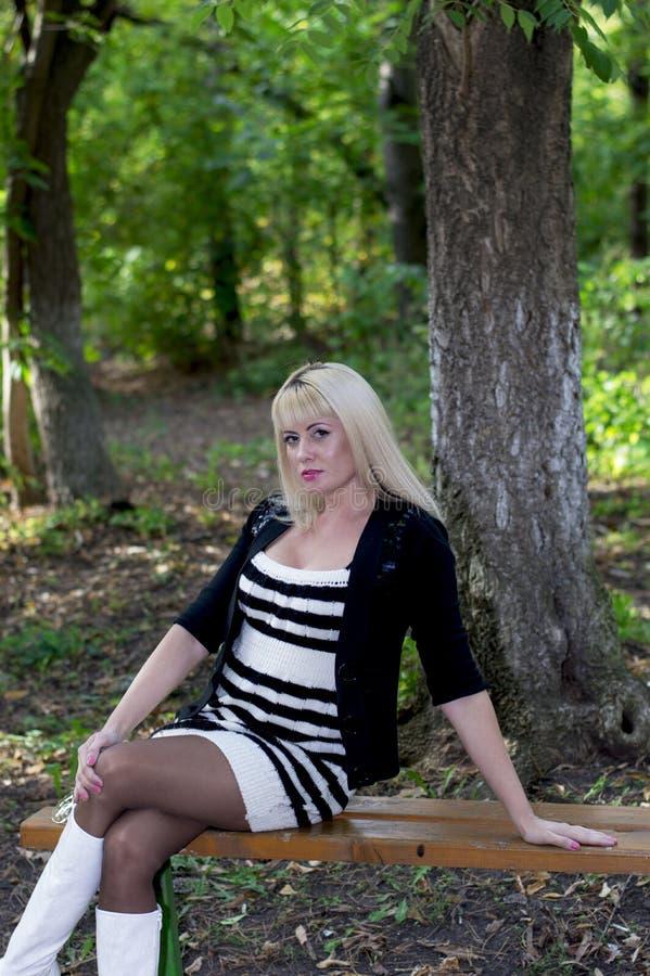 Женщина в парке на стенде на фоне w стоковые изображения