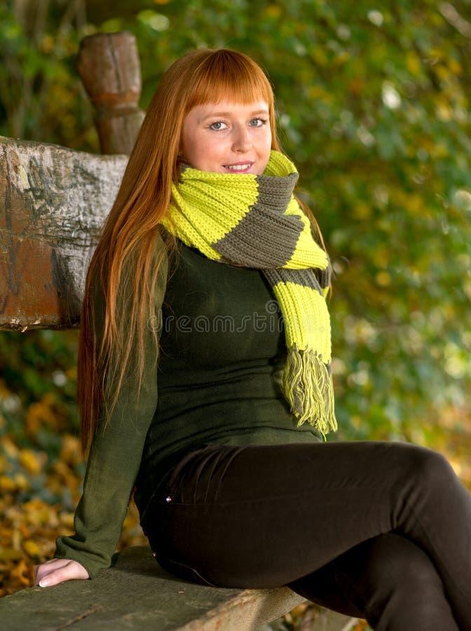 Женщина в парке осени стоковые фото