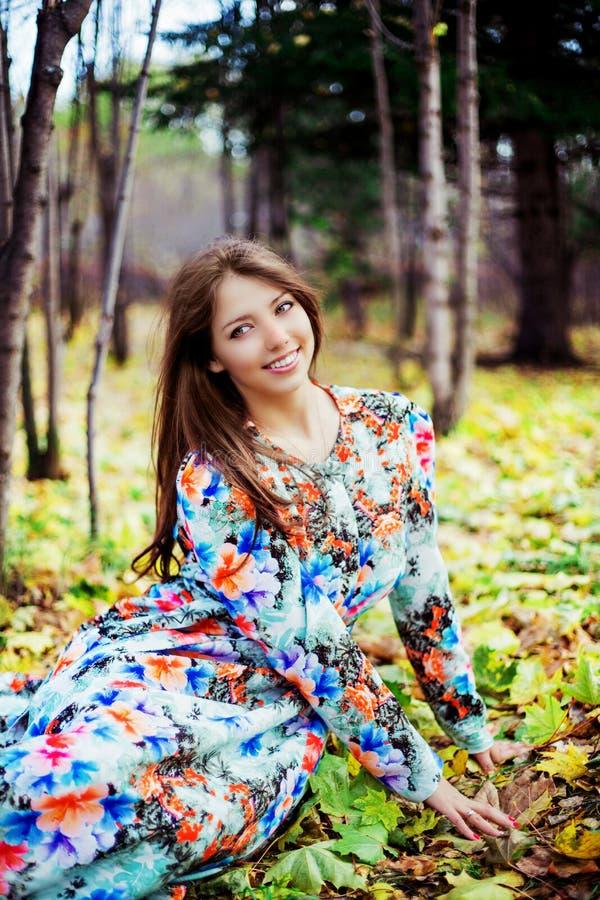 Женщина в парке стоковое изображение rf