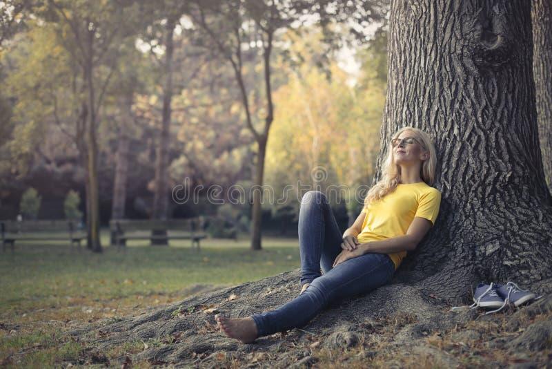 Женщина в парке стоковые изображения rf