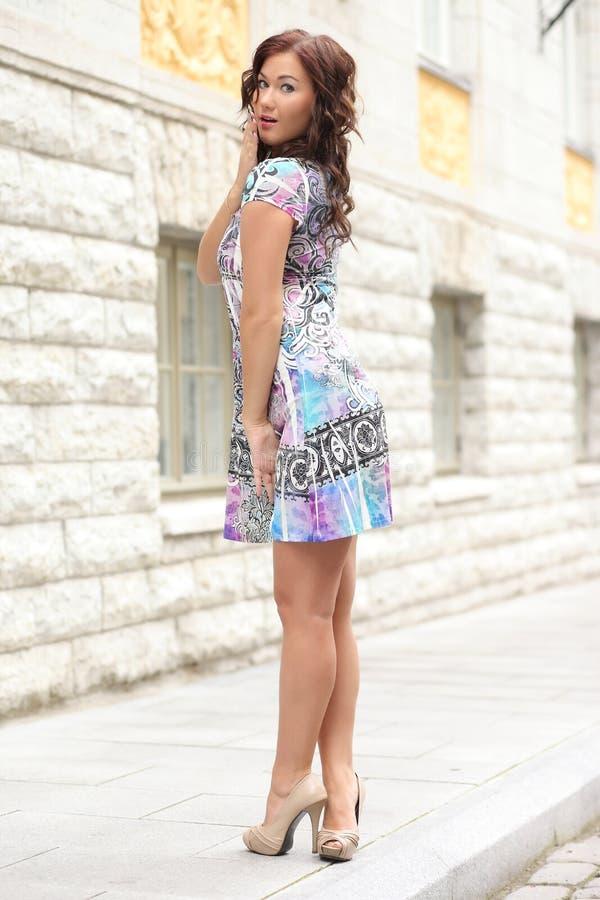 Женщина в платье лета стоковое фото