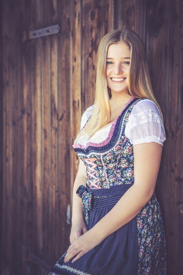 Женщина в платье dirndl стоковые изображения