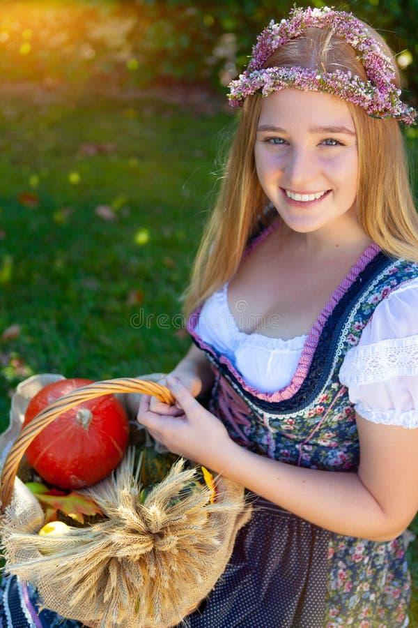 Женщина в платье dirndl стоковое фото