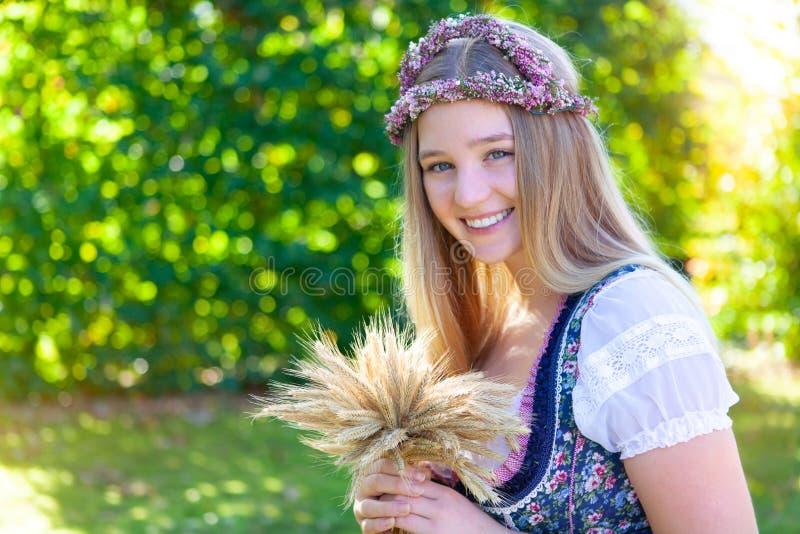 Женщина в платье dirndl стоковая фотография rf