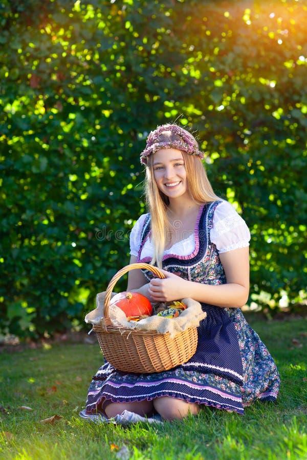 Женщина в платье dirndl стоковые фото