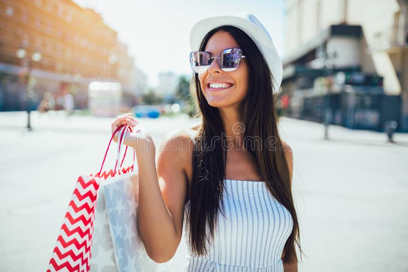 Женщина в покупках Счастливая женщина с хозяйственными сумками наслаждаясь в покупках стоковое изображение rf