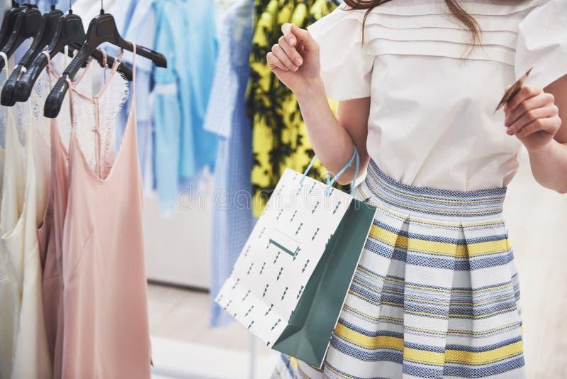 Женщина в покупке Счастливая женщина с хозяйственными сумками и кредитная карточка наслаждаясь в покупках Защита интересов потреб стоковое фото rf