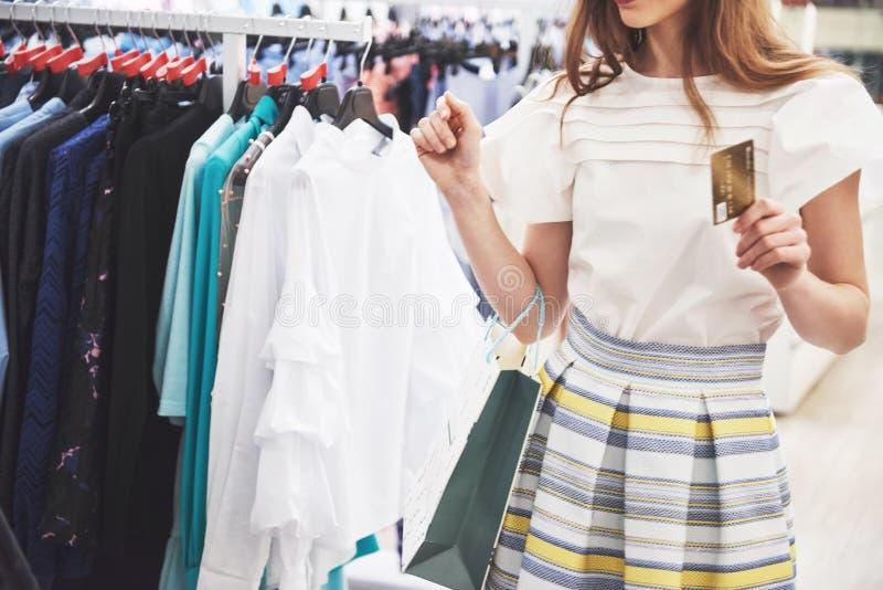 Женщина в покупке Счастливая женщина с хозяйственными сумками и кредитная карточка наслаждаясь в покупках Защита интересов потреб стоковые изображения rf