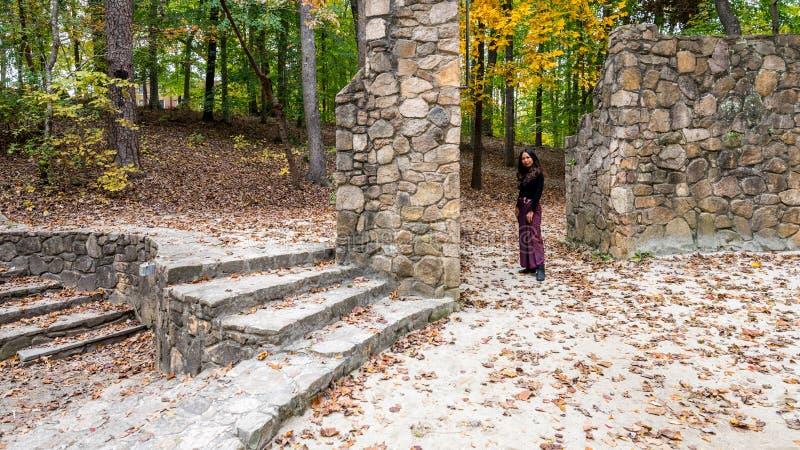 Женщина в положении саронга на этапе в каменном амфитеатре стоковые фото