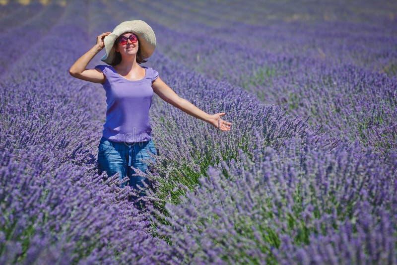 Женщина в полях lavander стоковые изображения rf