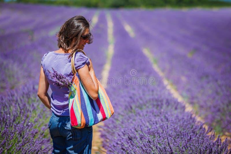 Женщина в полях lavander стоковое изображение