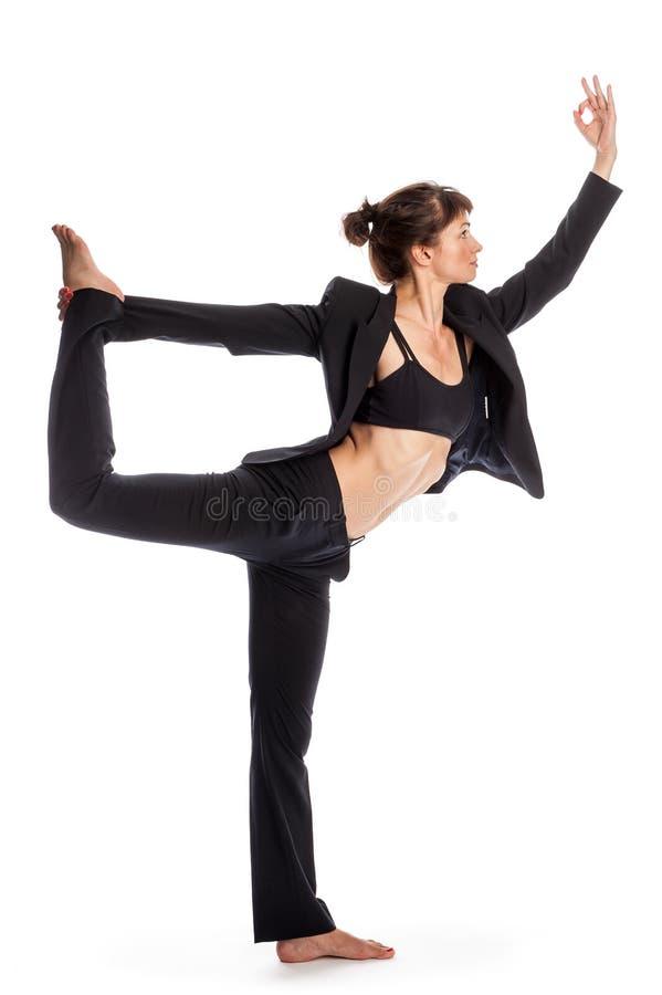 Женщина в представлении йоги нося деловой костюм. стоковое фото rf
