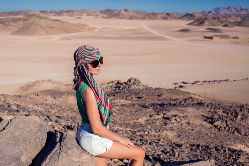 Женщина в пустыне Египта Концепция людей и перемещения стоковые изображения rf