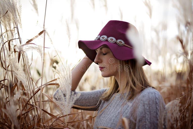 Женщина в пшеничном поле на заходе солнца стоковое изображение