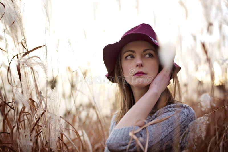 Женщина в пшеничном поле на заходе солнца стоковое фото