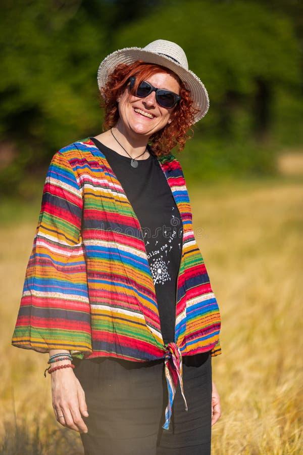 Женщина в пшеничном поле стоковые изображения rf